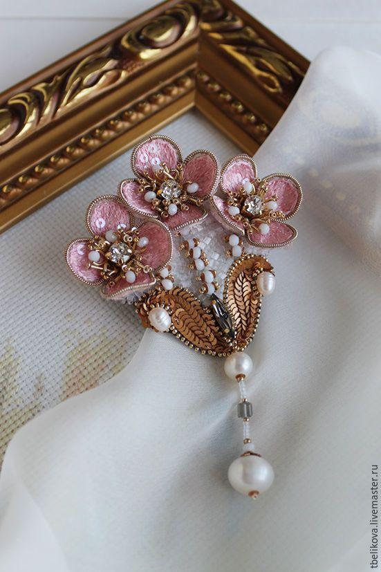 Купить Брошь BR 2015-9. - разноцветный, белый, розовый, золотой, брошь