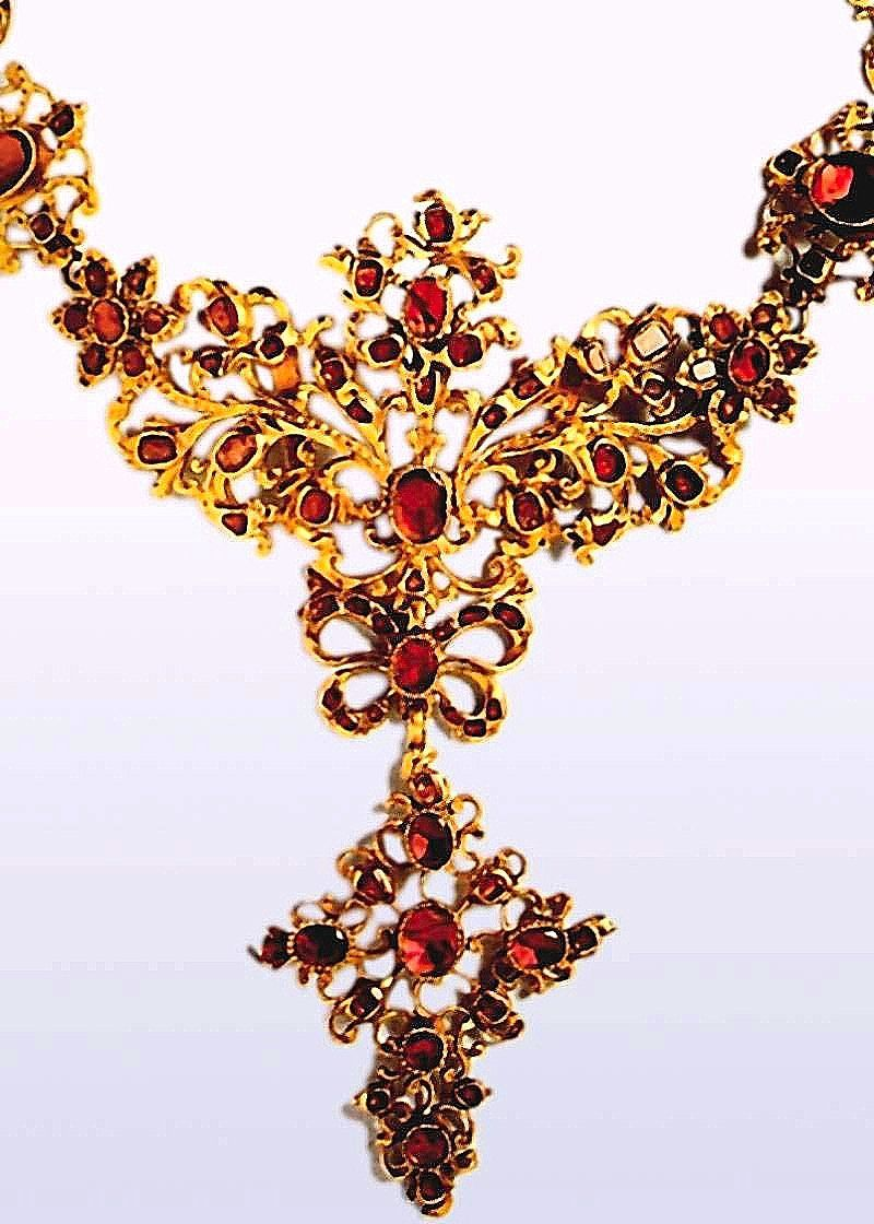 1760 chain (?) fragment, gold and rubies, circa 1760. [Perhaps they mean necklace fragment? It's Google translate so take it for what it's worth]