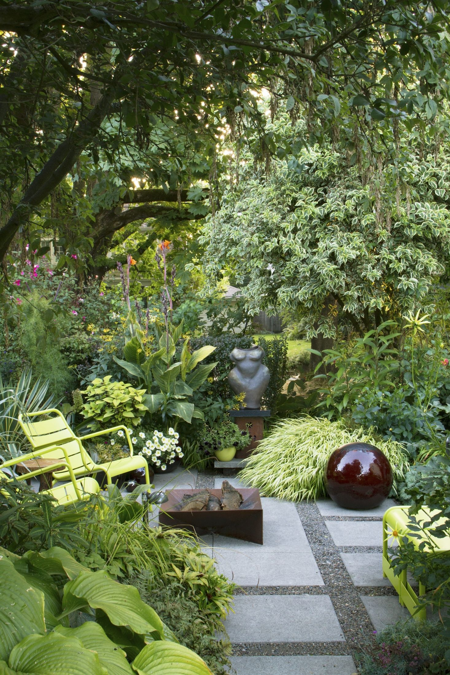 Required Reading The Less Is More Garden Gardenista Small Patio Garden Small Gardens Small Garden Design