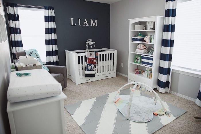 intérieur en couleurs neutres avec pan de mur gris et rideaux à