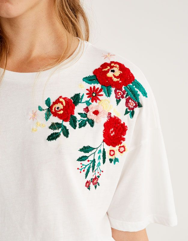 0bb1028c81c7a Camiseta hombro bordado flores - Camisetas - Ropa - Mujer - PULL BEAR Islas  Canarias