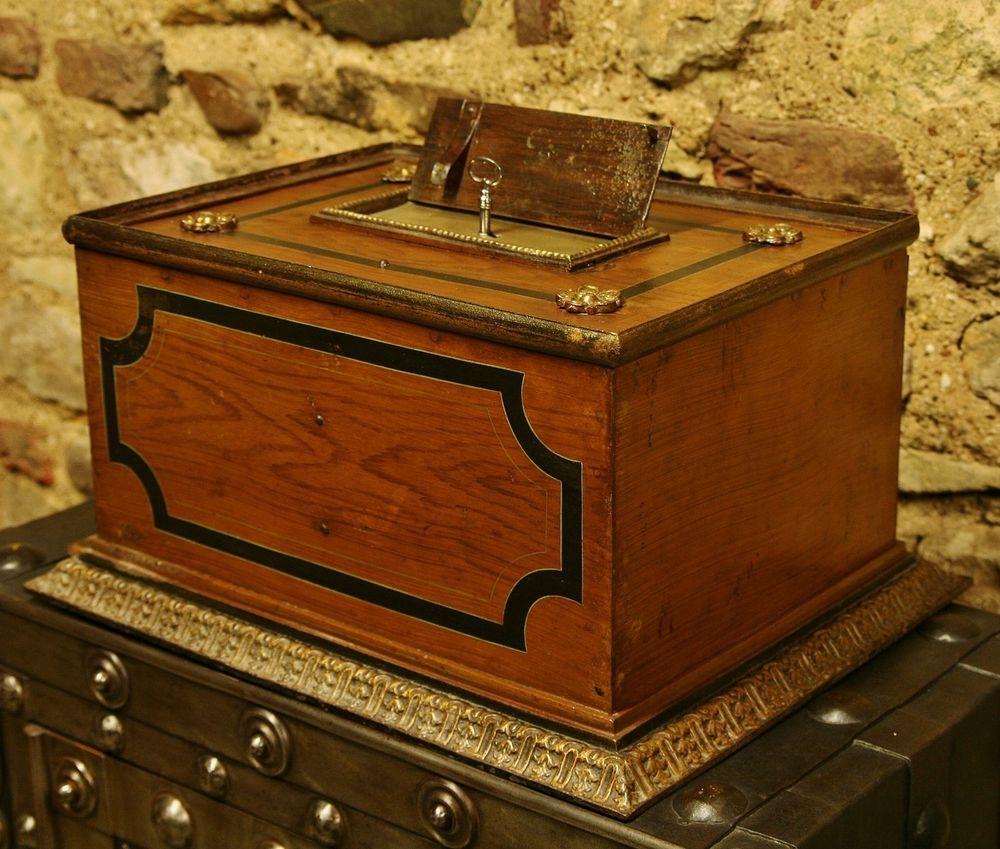 sehr sch ner kleiner antiker tresor eisentruhe antique safe cassaforte antique life. Black Bedroom Furniture Sets. Home Design Ideas