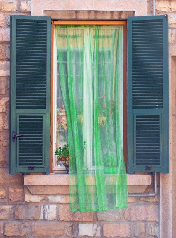 Fenster mit grünem Vorhang und grünen Fensterläden, Oneglia, Ligurien, Imperia Italien, Italy, Italia, Itali