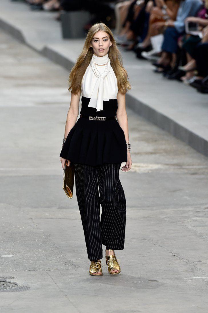 Pin for Later: Karl Lagerfeld Transforme Son Défilé En Manifestation Pour le Droit des Femmes Chanel Printemps/Été 2015