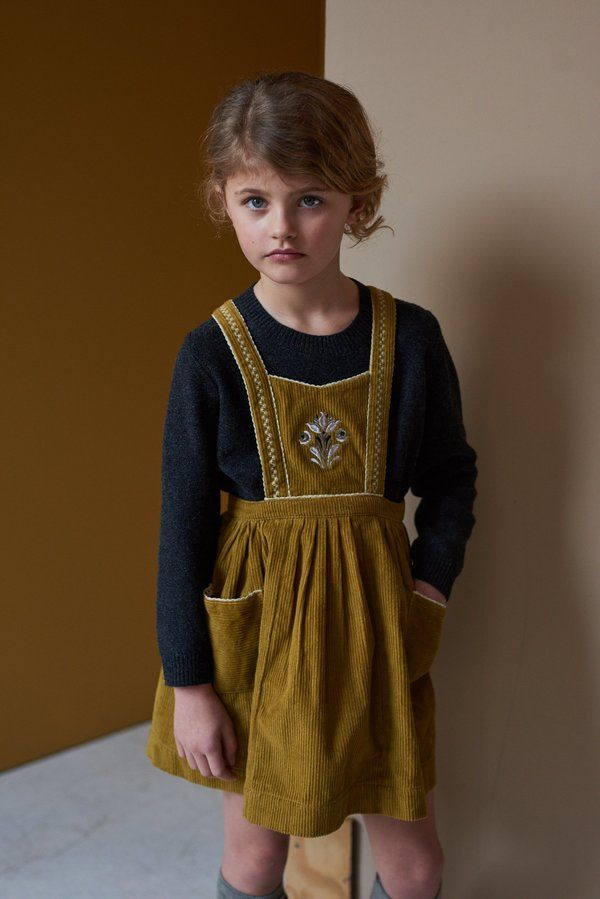 Pinafore with thick straps pockets at side and a fine pleating at waist.    100% cotton