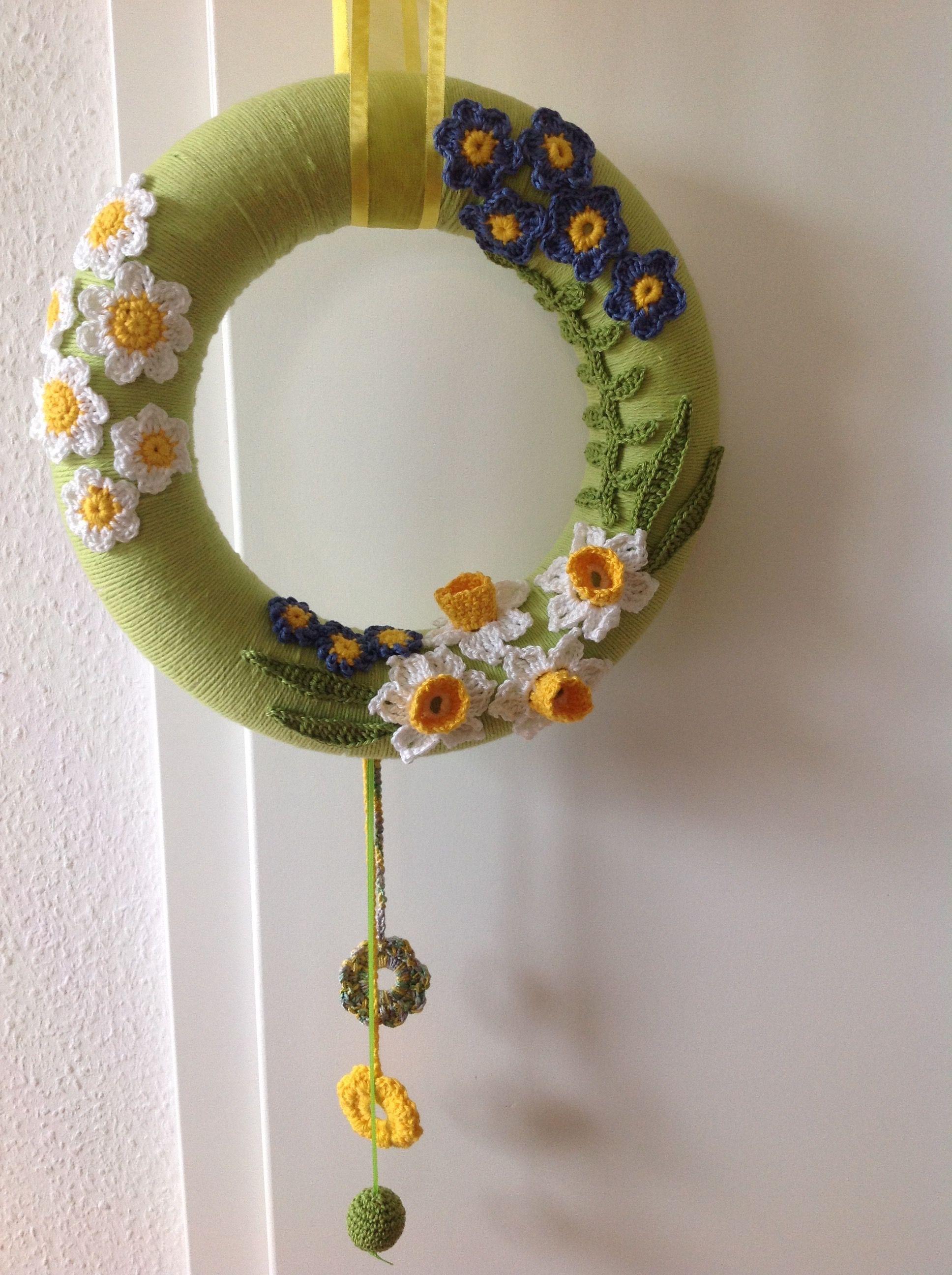 Photo of Spring crochet wreath with daffodils Türkranz gehäkelt mit Narzissen Frühjahr…