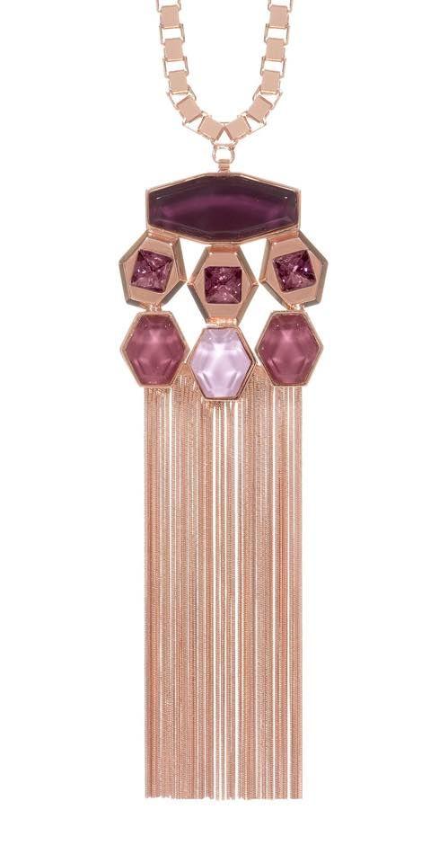Collezione FW 15-16 di Giuliana Mancinelli Bonafaccia. Le clutch gioiello, riproposte per questa collezione in 4 varianti, diventano veri e propri astucci scavati nel ghiaccio, mentre sulle borse in nappa, nei colori cerise, frost e artic, gemmano Swarovsky gioiello.