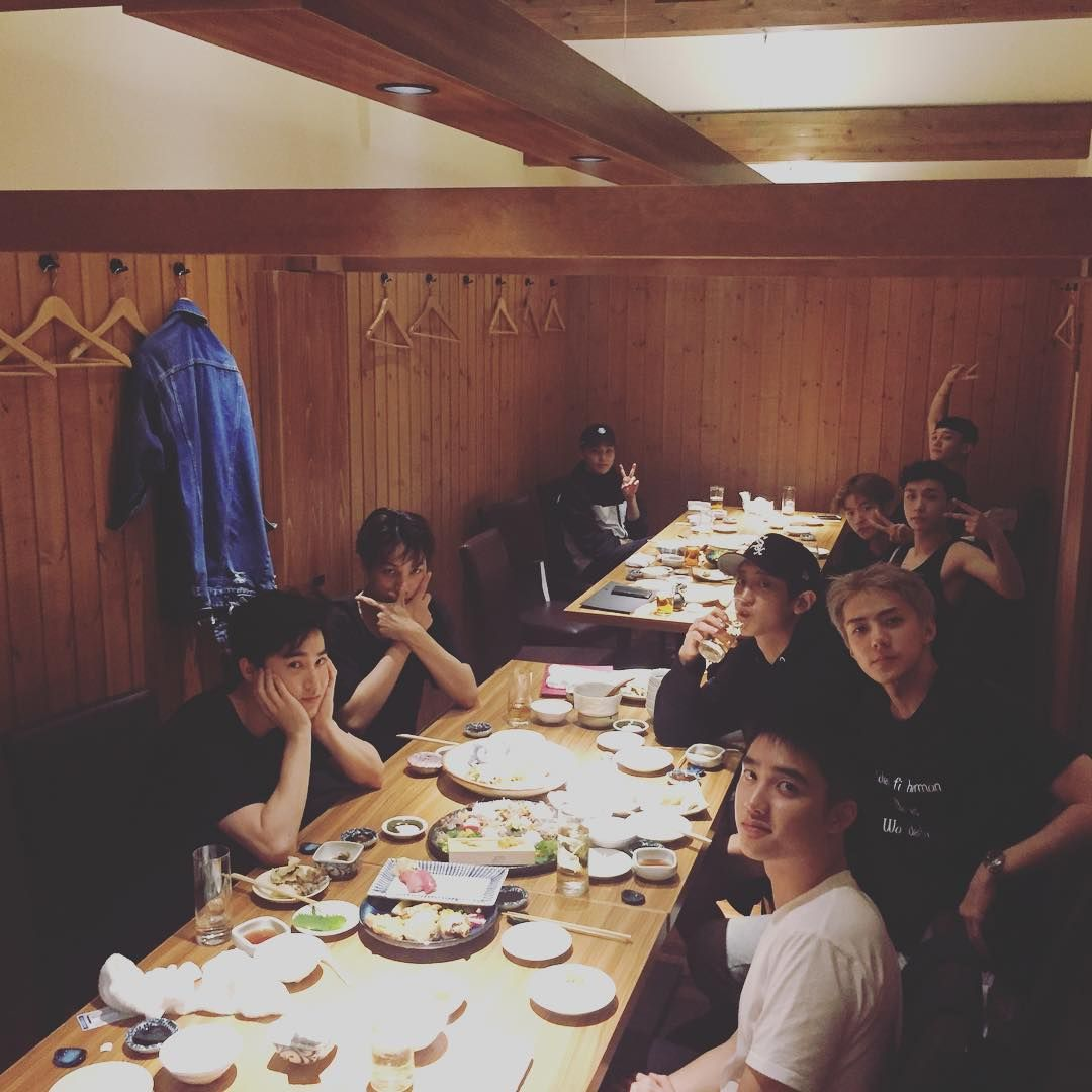 """""""161002 oohsehun: 오랜만에모두모여서식사하네요 It's been a while since everyone's together and eating"""""""