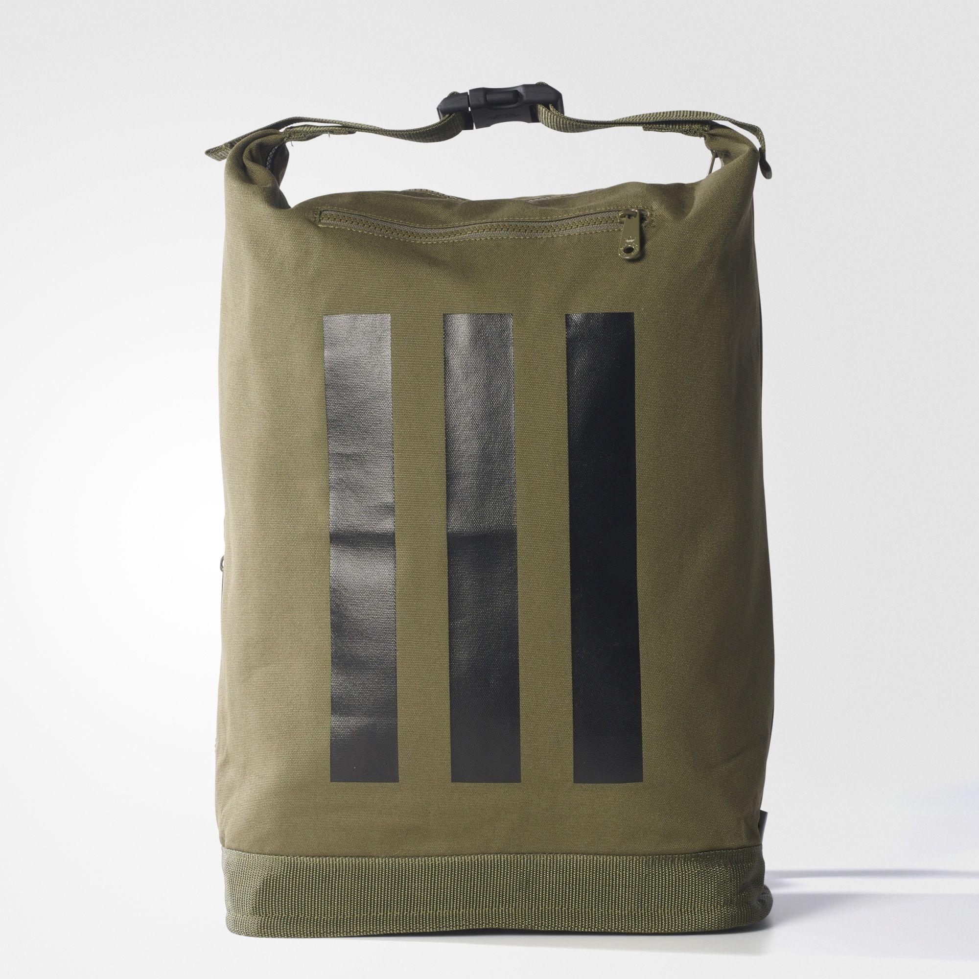 edfc309c9 Esta mochila resistente em lona tem um design casual perfeito para as  aventuras do dia a