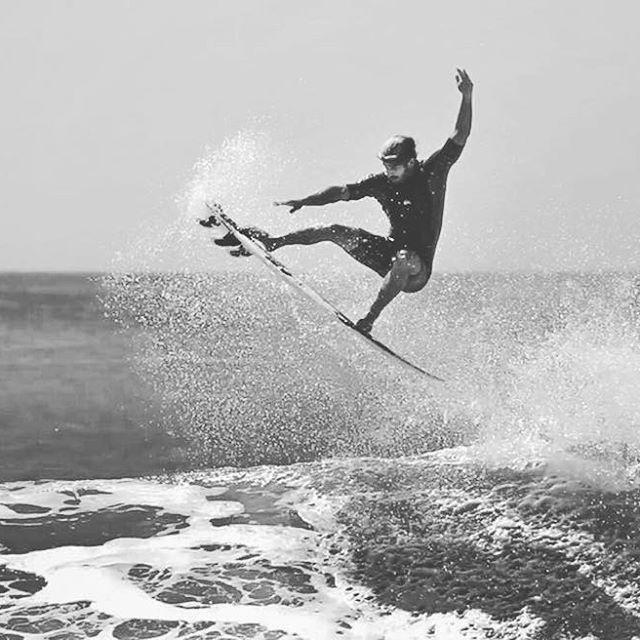 """Santiago Muñiz, surf ambassador de La Paloma Brewing Company, ya se siente recuperado de su reciente lesión de la rodilla y prepara su próximo torneo en la Isla Martinica, El Caribe. """"Es una fecha muy importante con una calidad de olas increíble y estoy muy contento de volver allá!"""" nos contó @santiagomuniz Vamos con todo Santi!.👊 . . Santiago Muñiz, surf ambassador of La Paloma Brewing Company, is already recovered from his recent knee injury and is getting ready for his next tournament in…"""