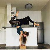 Yoga practice with blocks   Hauptyogapraxis @yoga_ky. Handstand auf Yoga-Blöcken. Fuß hinter den Kop...