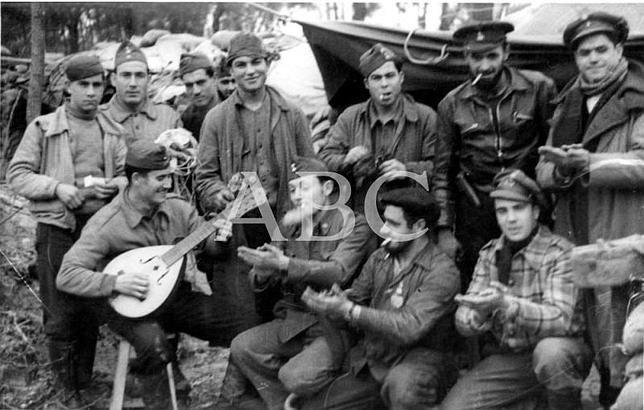 Madrid. 06/02/1937. Soldados de artillería cantan coplas