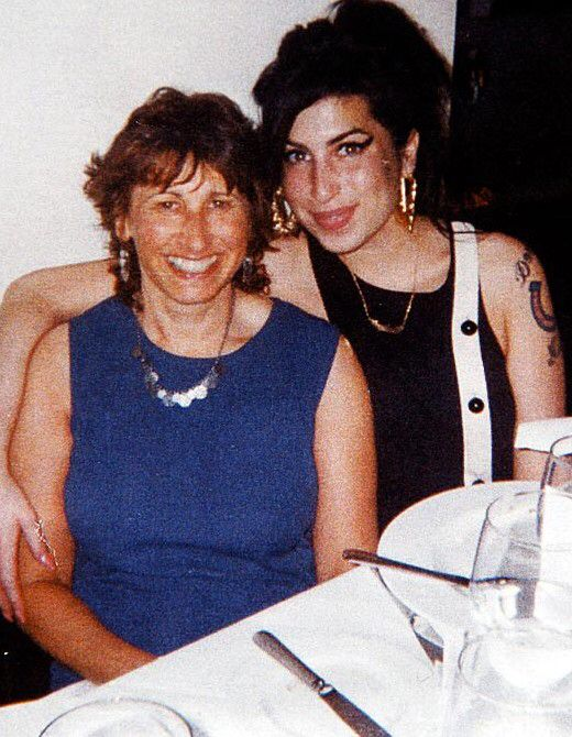 Amy With Her Mum The Most Beautiful Smile In The World Winehouse Amy Winehouse Amazing Amy
