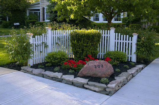 Corner fence fences corner and yards for Corner lot landscape designs