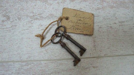"""Oude sleutels. / Old keys.""""oud"""" kaartje eraan"""