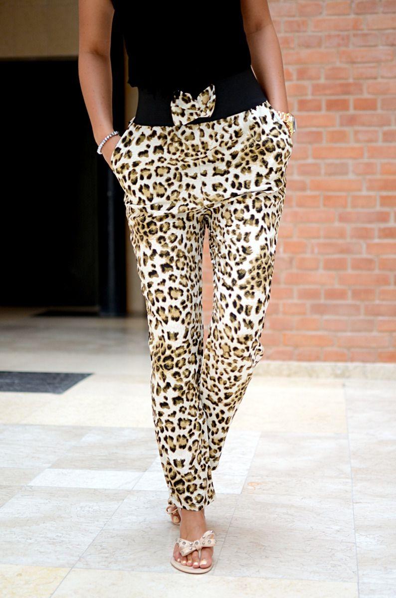 Modne spodnie z cienkiego materiału o luźnym fasonie, posiadające w pasie ściągacz zdobiony kokardką. Oryginalnie zapakowane z kompletem metek. Wykonane z najlepszych materiałów. Modny design i niepowtarzalny wygląd. Doskonałe do licznych stylizacji na każdą okazję.