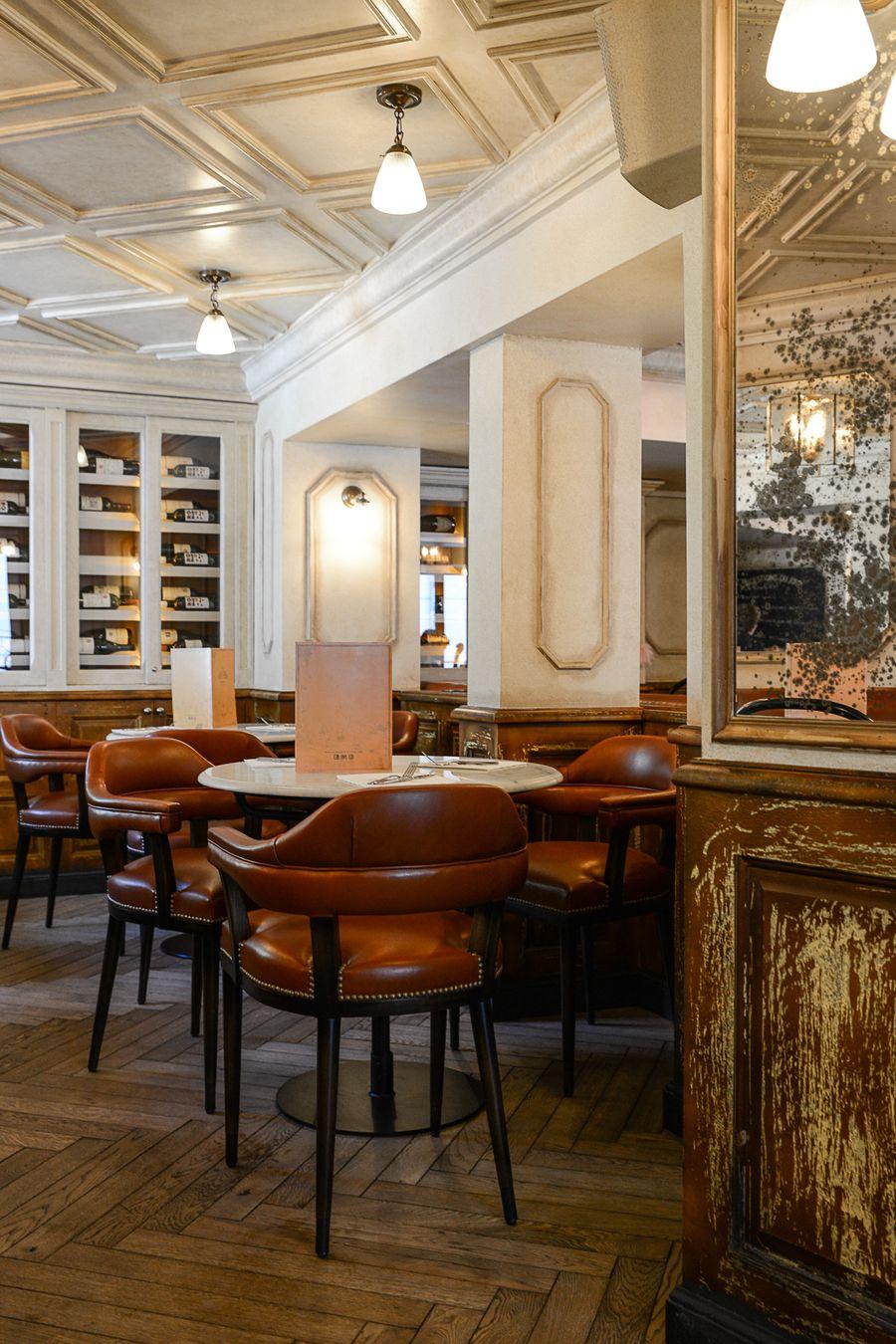 La Decoration De La Brasserie Le Vrai Paris Dans Le Quartier De Montmartre De Paris Dans Le Quarti Design De Restaurant Bistrot Parisien Quartier De Montmartre
