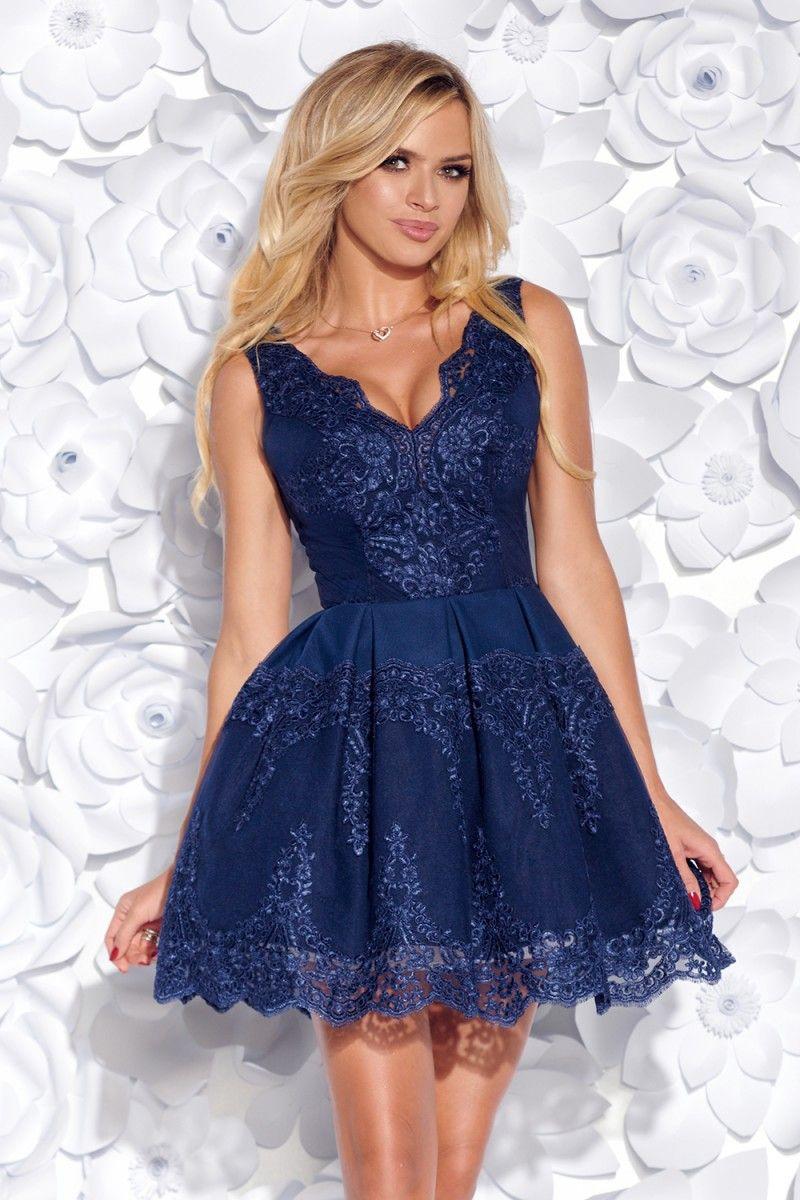 abf81ada18c8 Elegantné šaty z efektnej vyšívanej krajky a mäkkej podšívky. Zmyselná  výšivka krásne zvýrazňuje dekolt.