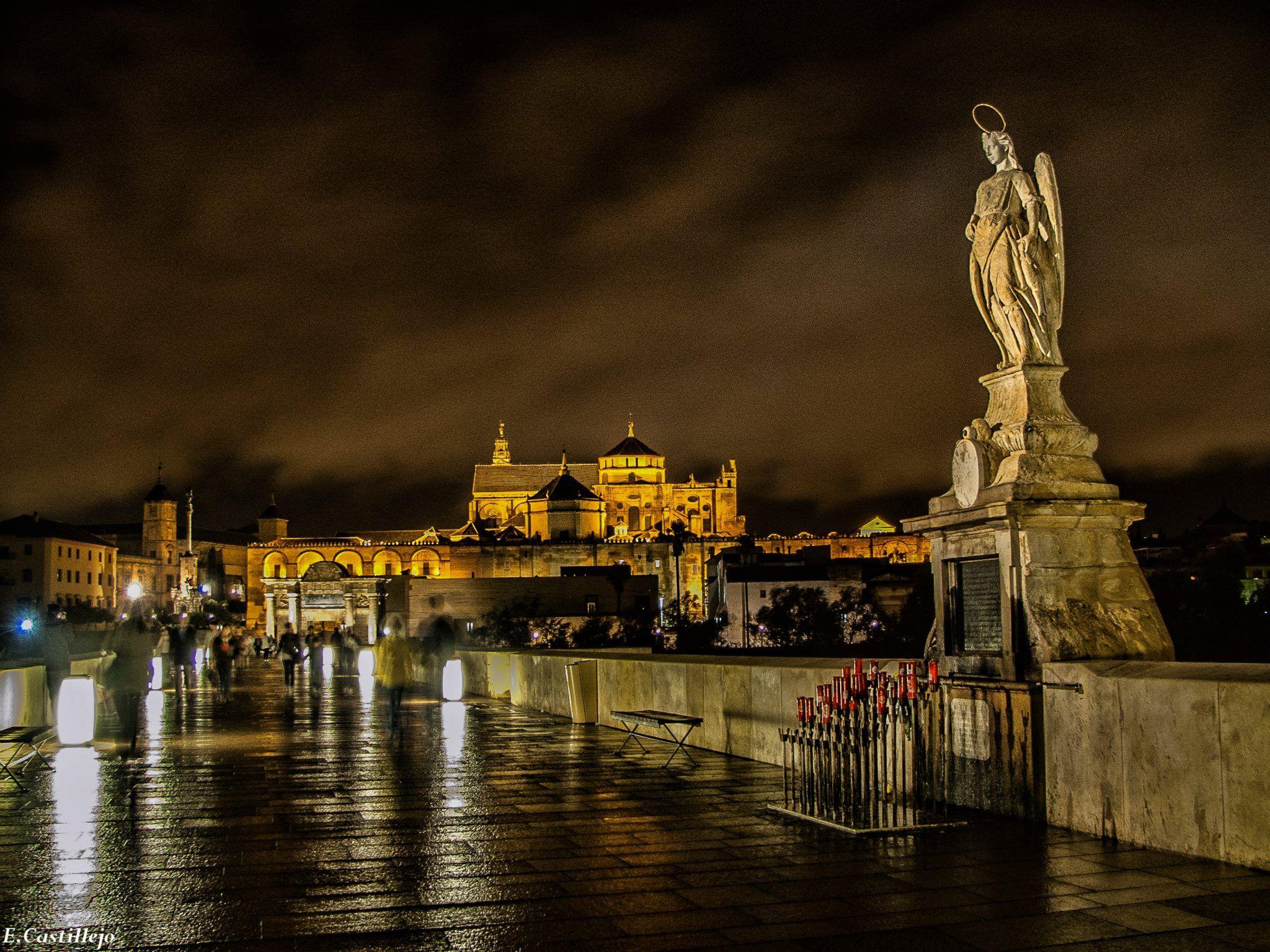 Noche en el puente romano san rafael y de fondo la - Mezquita de cordoba de noche ...