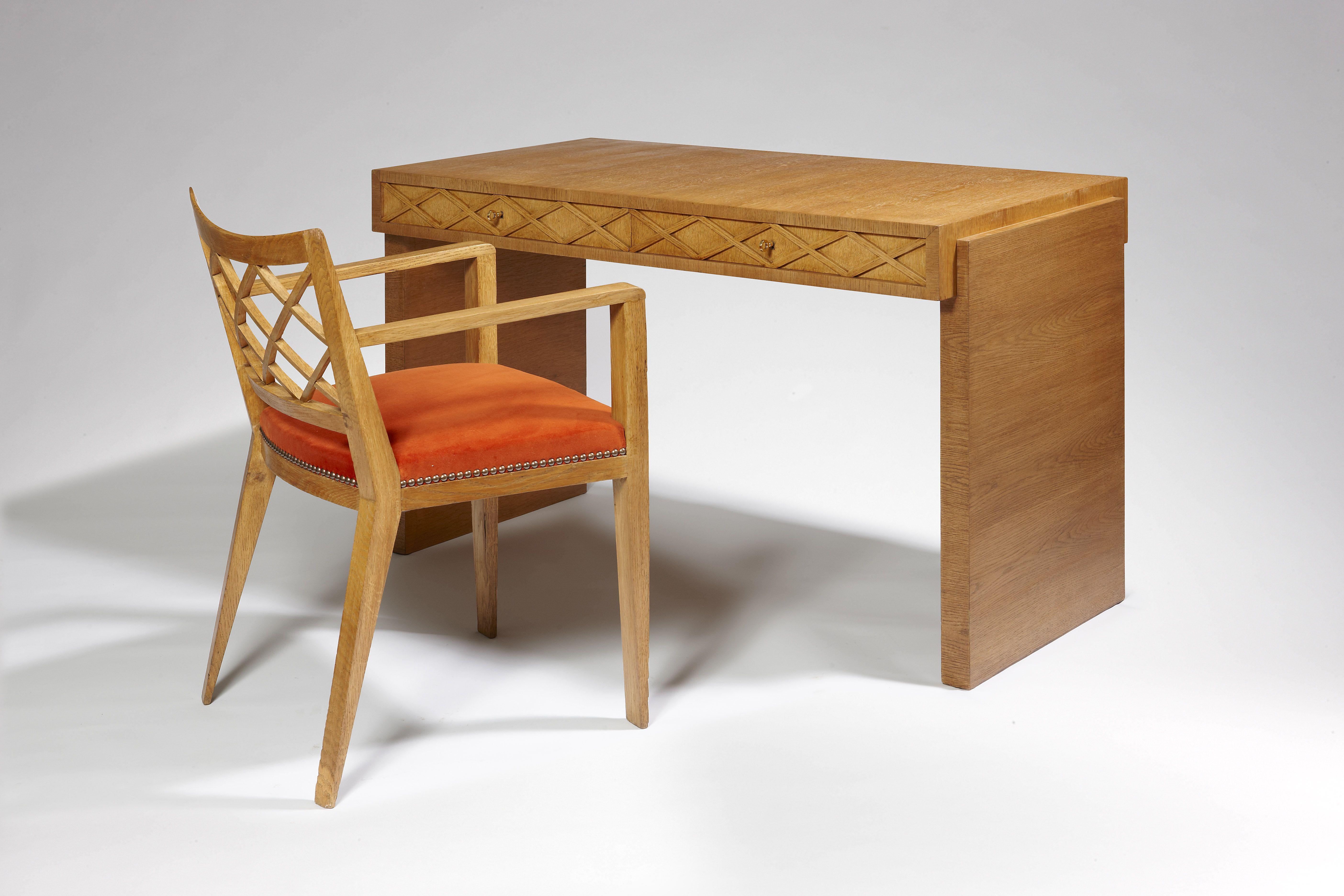 bureau et son fauteuil croisillons en ch ne par jean roy re 1946 oak croisillons desk. Black Bedroom Furniture Sets. Home Design Ideas