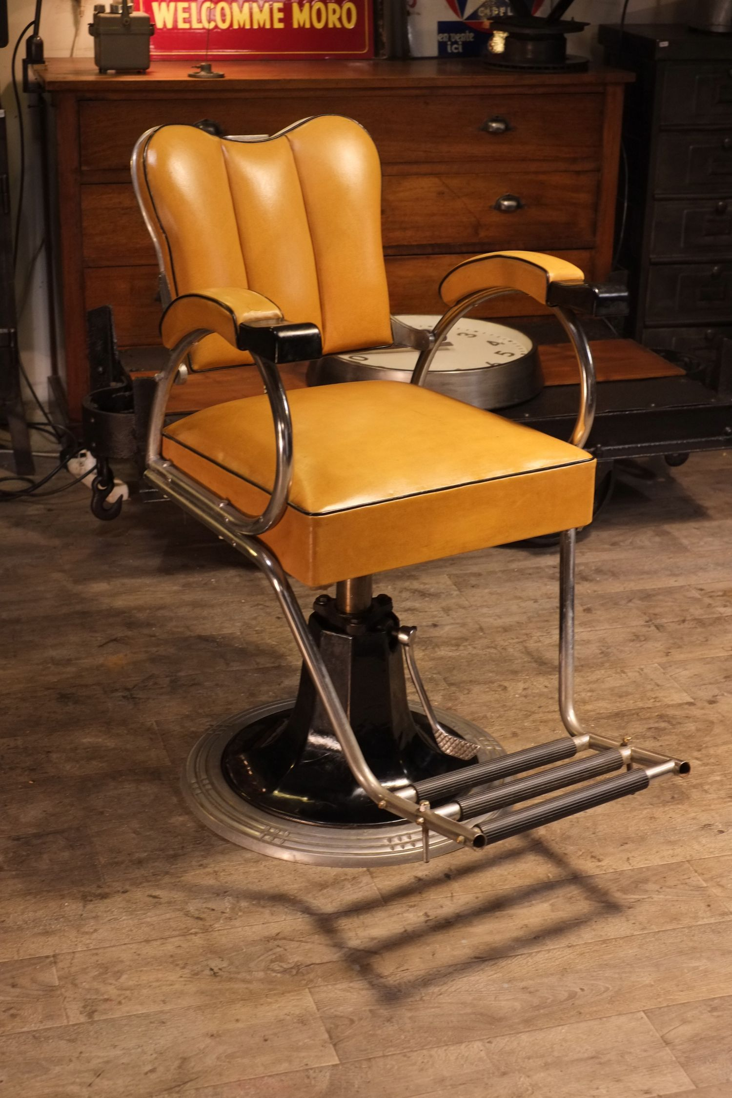 fauteuil de barbier 1950 stoelen pinterest industrial retro furniture and industrial style. Black Bedroom Furniture Sets. Home Design Ideas