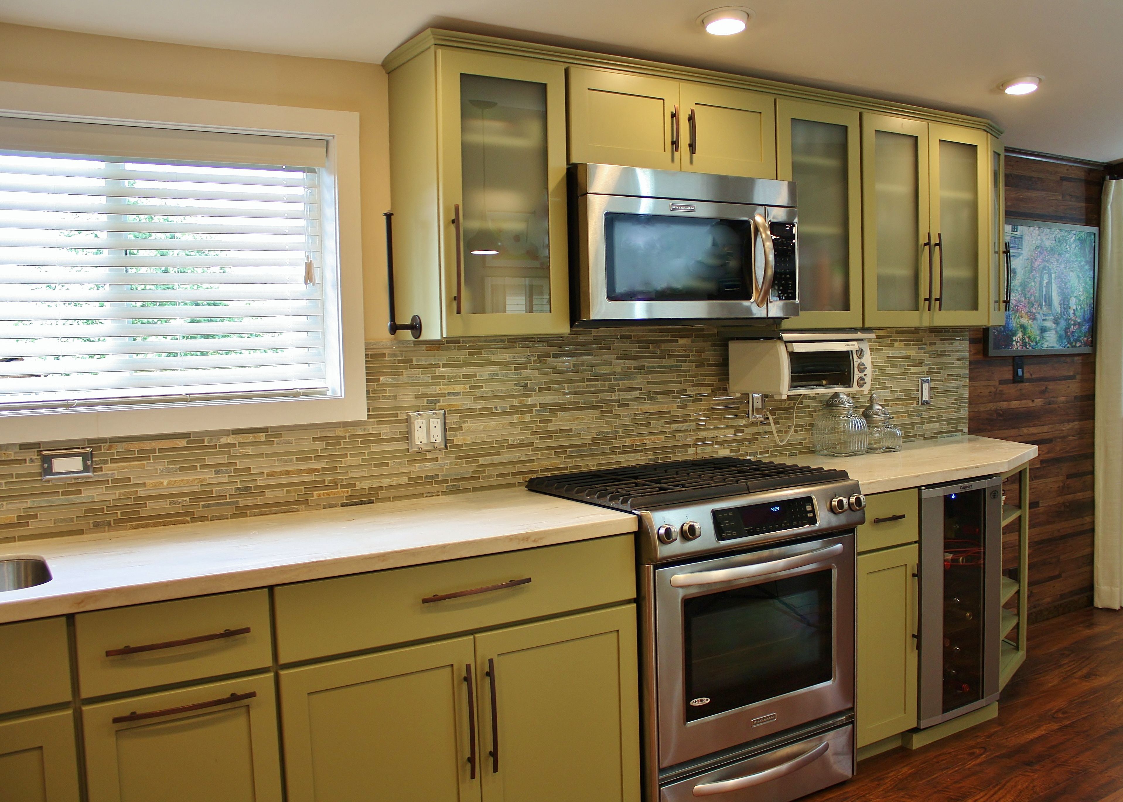 Holiday kitchens seattle shaker cabinets corian solid for Kitchen cabinets seattle