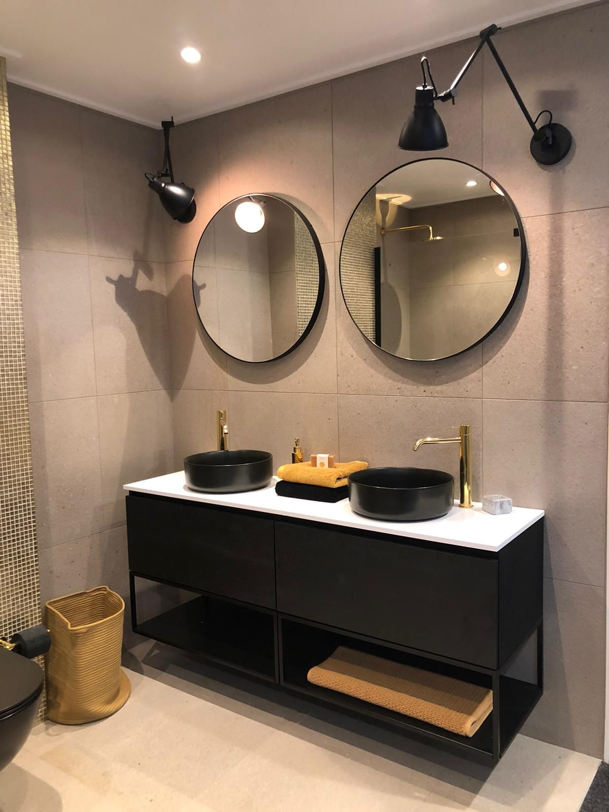 Moderne Badkamer Met Ronde Spiegels En Ronde Zwarte Waskommen Badkamer Dubbele Wastafel Badkamer Badkamer Modern