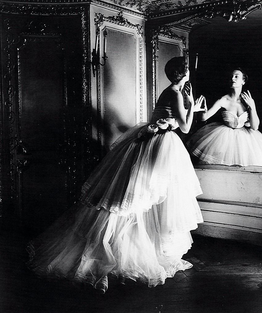 A model wears a Dior ball gown in a 1950 photography by Louise Dahl-Wolfe