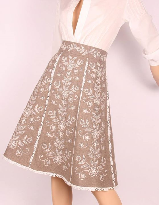 Pin de Violeta Godínez en falda de cuchillas  c6c4842831b0