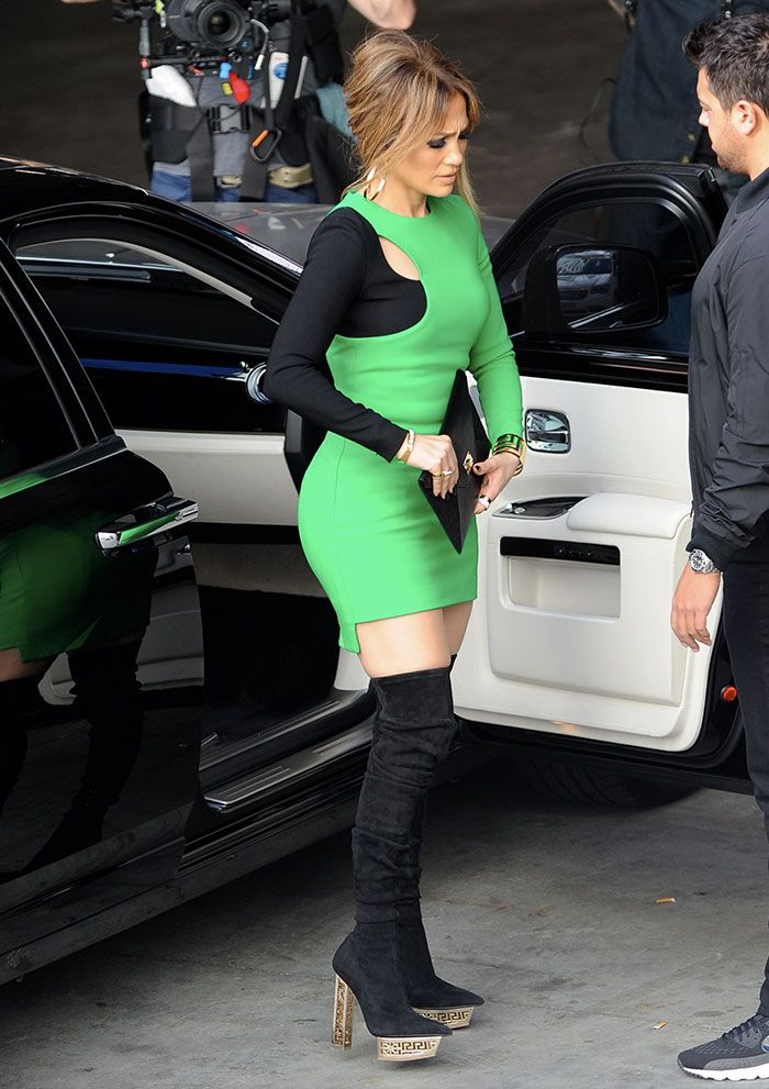 Jennifer Lopez once again showcased her enviable figure in a modern,looking  black,and