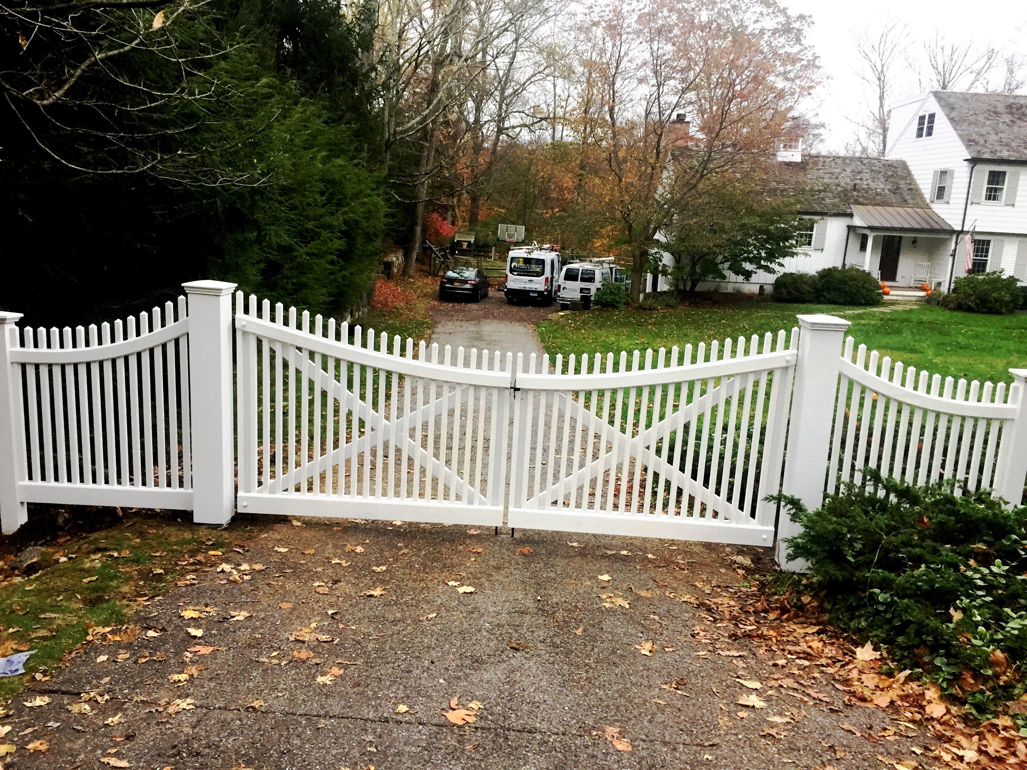 Scalloped Cedar Picket Driveway Gates Jardins