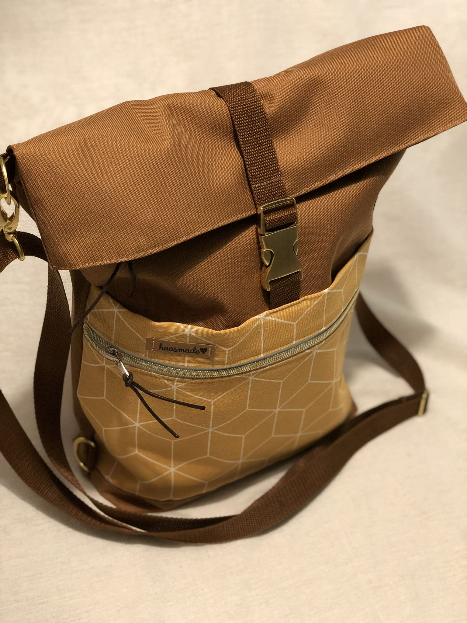 Kostenlose Anleitung und Schnittmuster für einen schicken Foldover, der sowohl als Umhängetasche, als auch als Rucksack getragen werden kann. Die 1one.bag