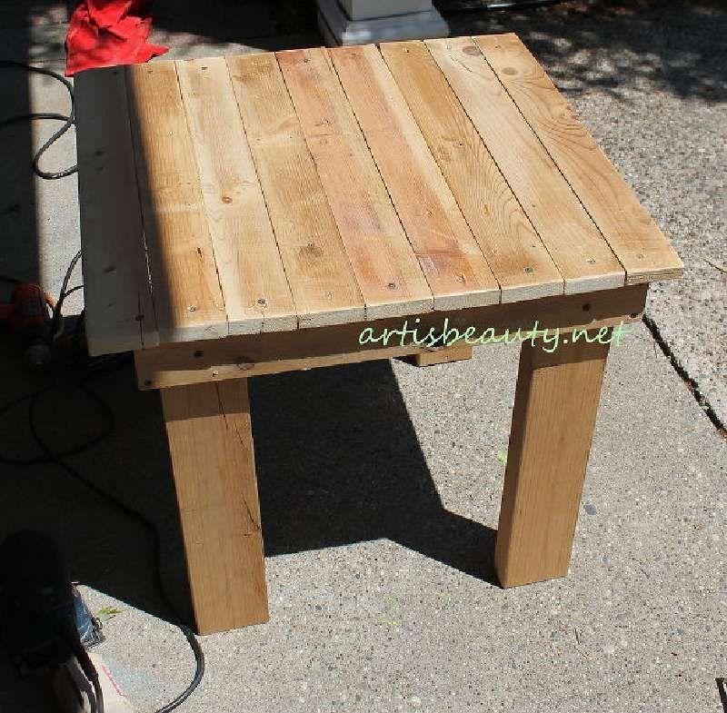 Comment Construire Une Petite Table Vintage Pour Le Jardin En Utilisant Des Palettes Petite Table Exterieur Table Basse Exterieur Table Basse Palette