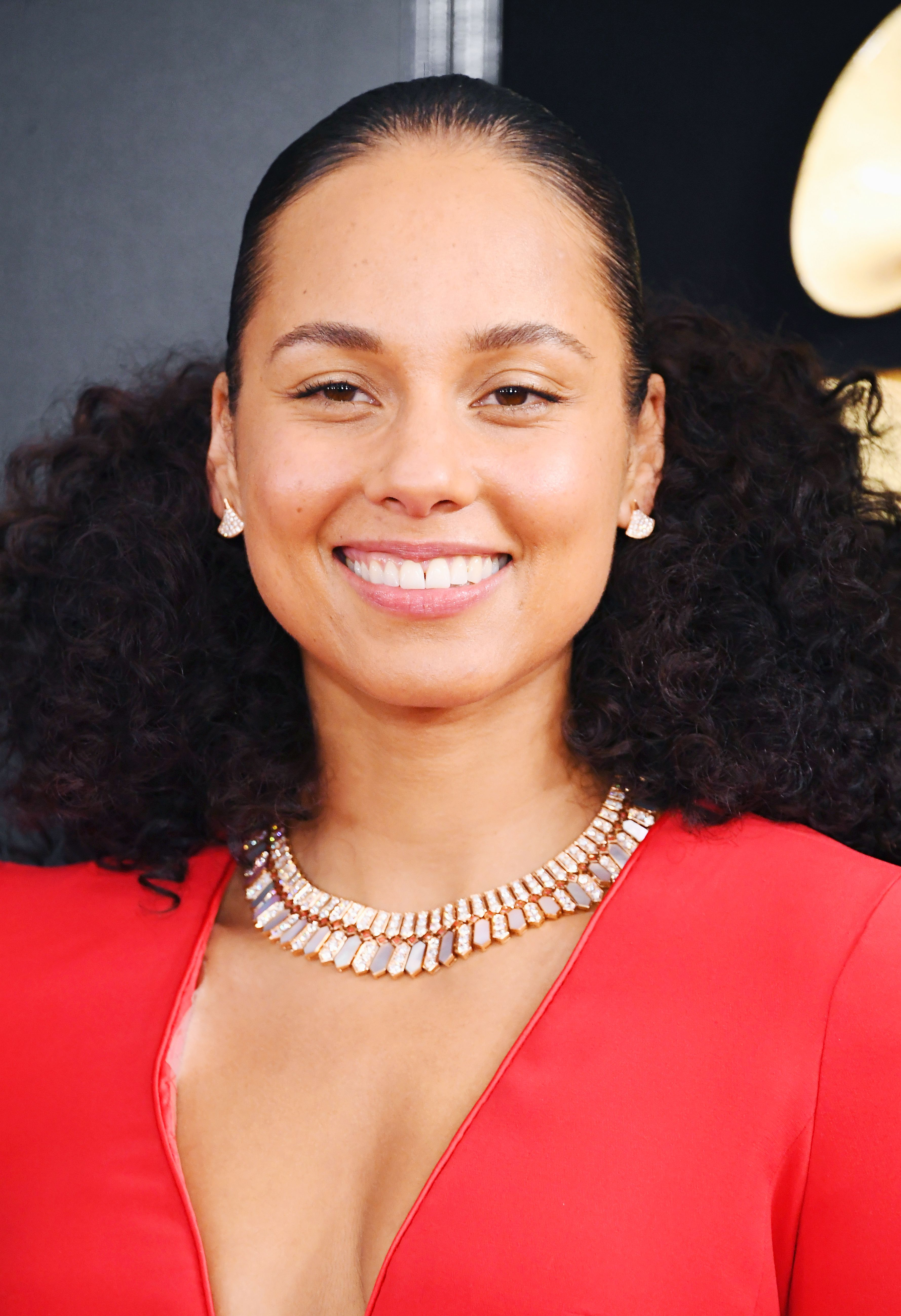 Confirmed Alicia Keys Wore This Beloved Natural Drugstore Brand To The Grammys Celebrity Beauty Alicia Keys Hairstyles Beautiful Freckles
