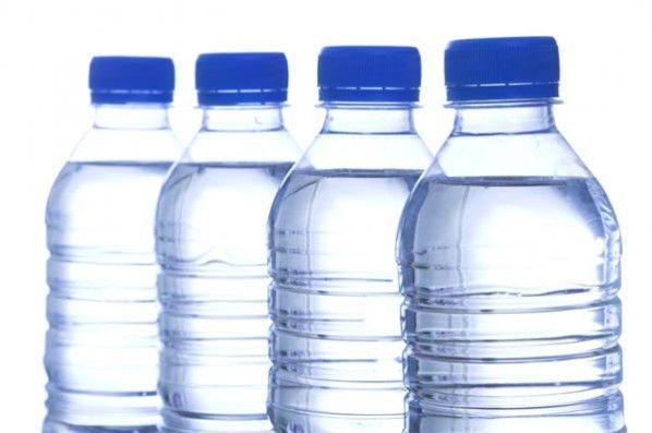 24.000 productos químicos contaminan el agua embotellada.