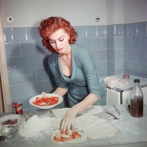 Primi anni Sessanta: Sophia Loren prepara delle improbabili pizzette (ma la composizione cromatica di questa foto è adorabilmente rétro) http://www.nientepopcorn.it/film/loro-di-napoli/