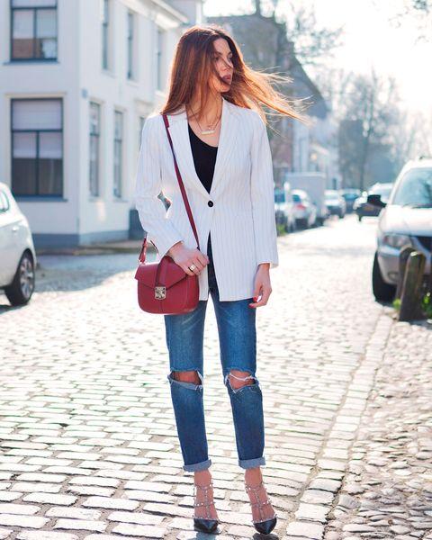 Ponte de nuevo el sayo. Black top+distressed jeans+black astudded heels+white blazer+red shoulder bag+necklace. Spring Dressy Casual Outfit 2017