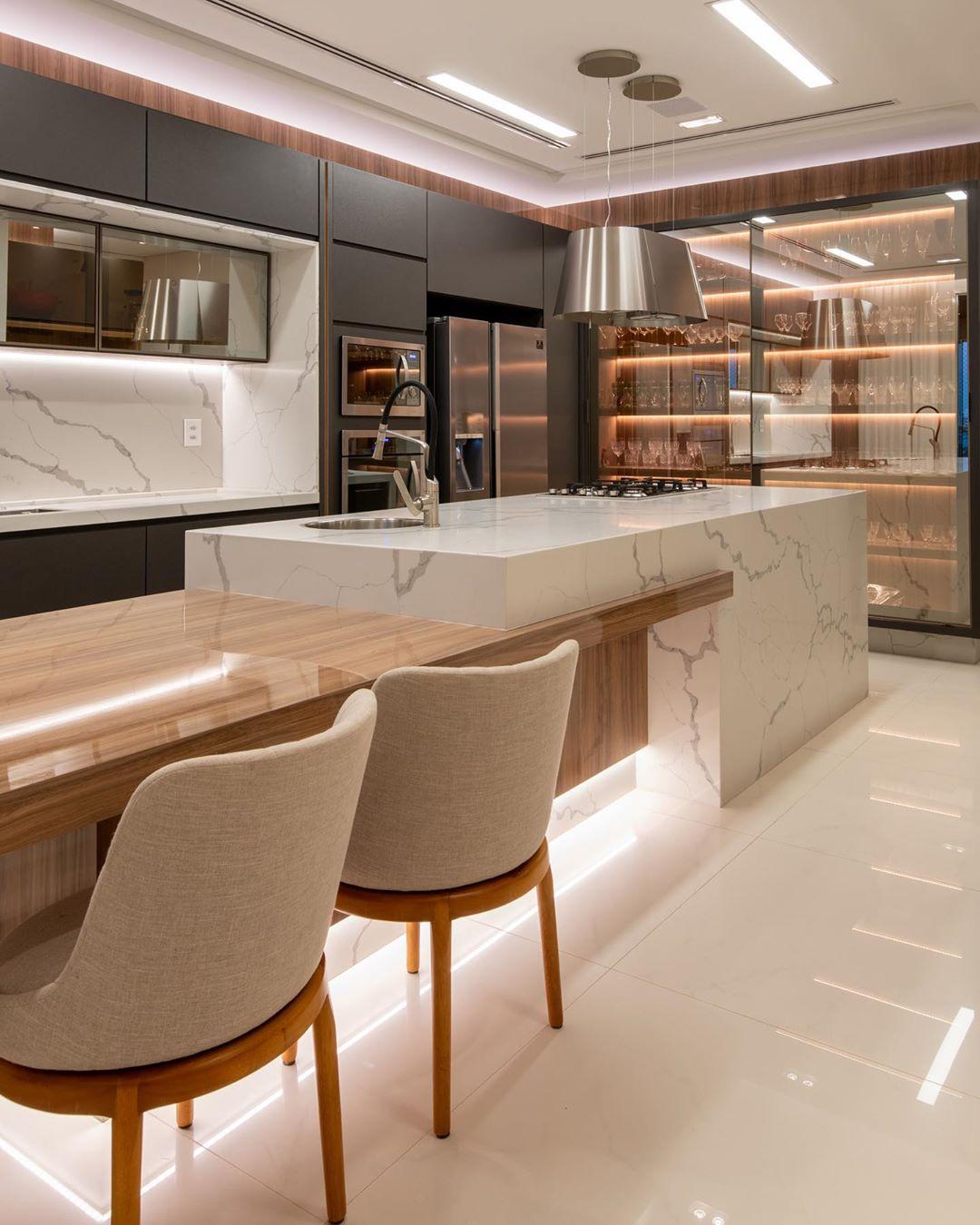 Cozinha contemporânea branca, cinza e amadeirada com cristaleira e ilha!