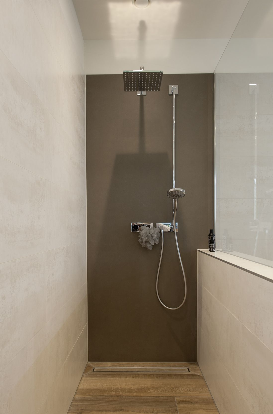 Frei Begehbare Dusche Mit Regenbrause Komfortable Einbauwanne Wandhangender Doppelwaschtisch Beleuchteter Sp Begehbare Dusche Rote Badezimmer Regenbrause