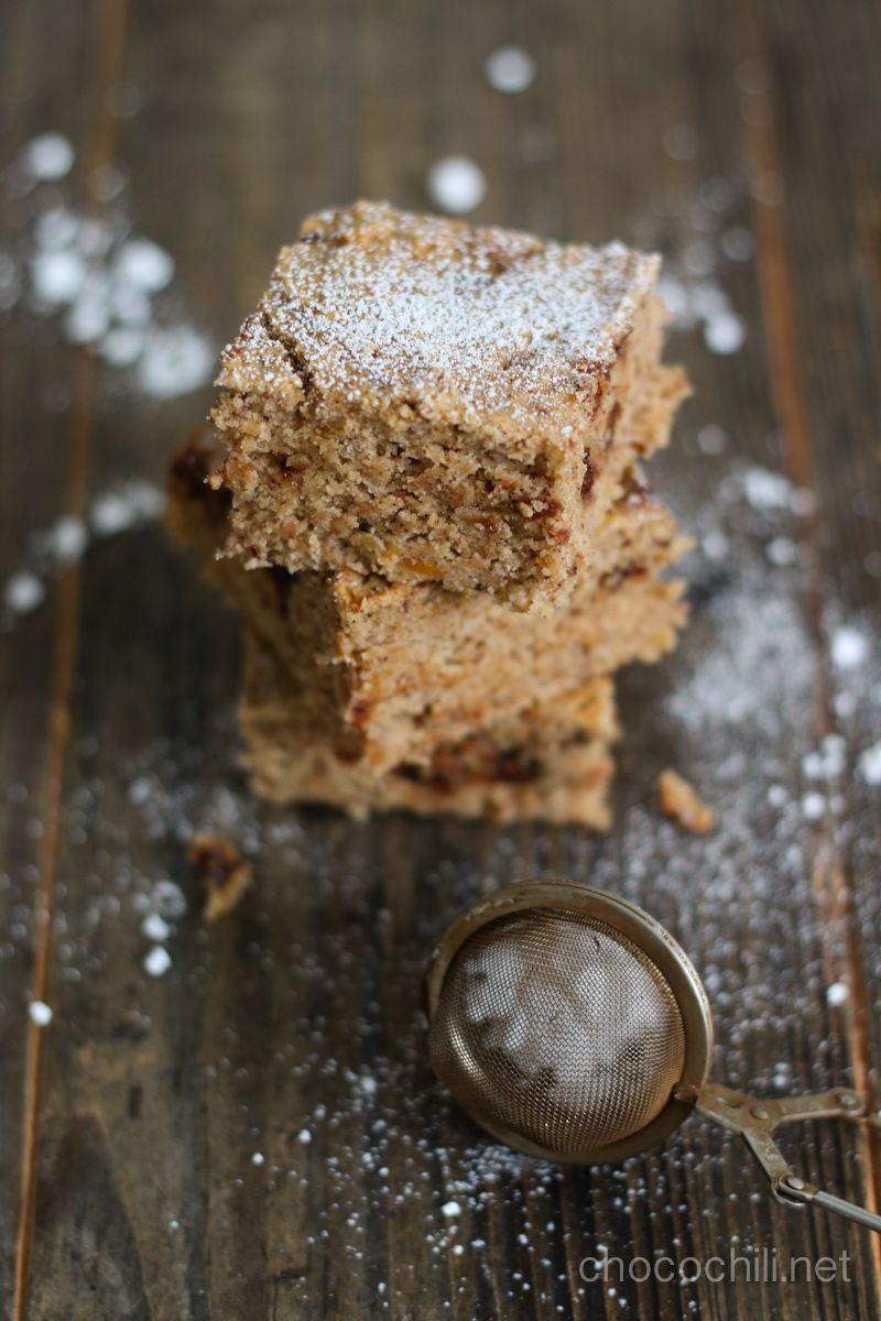 Jääkaapissa notkui vielä yksi bataattimöhkylä, jonka hamstrasin torilta tarjouksesta viime viikolla. Upotin sen blondietaikinaan, eikä lopputuloksesta tullut lainkaan pöllömpi! Hyödynnän usein erilaisia kasviksia myös makeassa leivonnassa. En sen vuoksi, että niiden avulla leivonnaisista tulisi terveellisempiä, vaan koska kasvikset tekevät monista leivonnaisista todella meheviä. Kokeilkaa vaikka porkkanakakkua , kesäkurpitsa-suklaaruutuja tai punajuuribrownieita Vegaanin keittiössä…