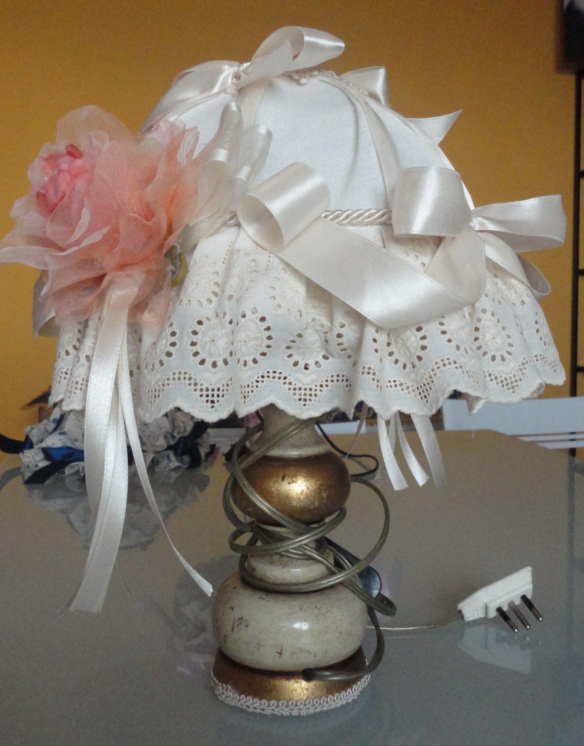 lampada da comodino abbellita con stoffa,merletti e fiori