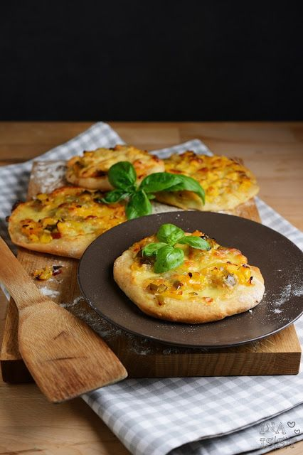 Ina Is(s)t: Mini-Pizza mit süßer Paprika und Mozzarella - Sweet Pepper Pizza with mozzarella