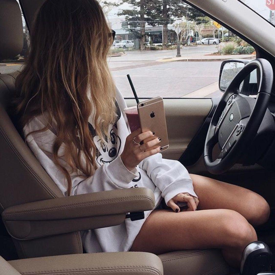Картинки девушки в машине сидят