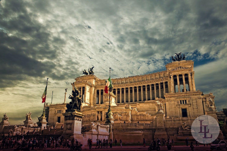 Das Vittorio Emanuele Monument ist das Nationaldenkmal in Rom, welches der italienischen Staatsgründungsbewegung und dem ersten König Viktor Emanuel II. gewidmet ist. Wunderschön auf dem Kapitolshügel am Südende der Via del Corso gelegen, thront das Nationaldenkmal über die Hauptstadt von Italien.