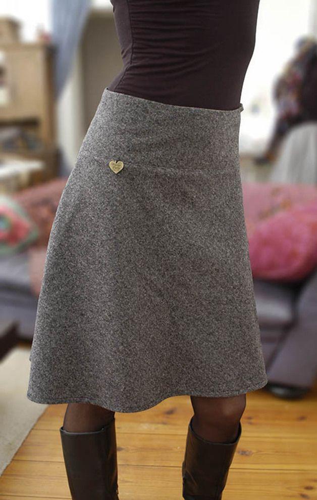 Dieser Woll-Tweedrock ist ein Verwandlungstalent....vielseitig kombinierbar zu den unterschiedlichsten Looks. Die oben schmal geschnittene und zum Knie hin leicht ausgestellte A-Linien Form,... #knielangeröcke
