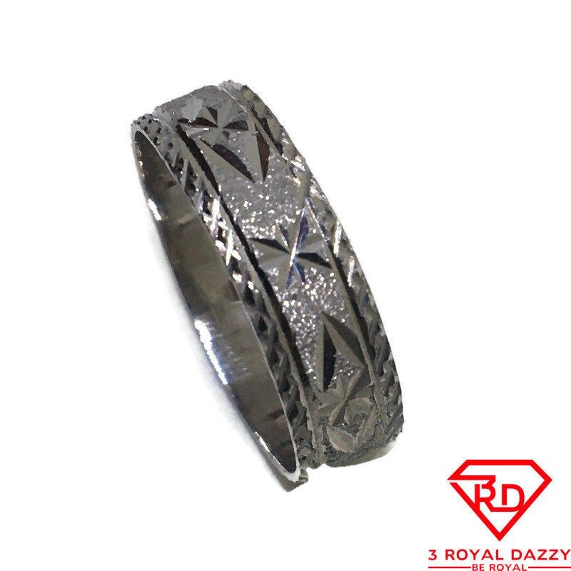 Diamond cut stars ring band 14K Real White gold S9 Diamond cut stars ring band 14K Real White gold S9 Metal : 14K real White gold Stone Type : N/A Approximate Width : 0 . 2 2 inch ( 5 . 6 mm ) Approximate Thickness : 0 . 0 3 inch ( 0 . 8 mm ) Ring Size: 8 . 75 Item # : KM09252019-SR-SS23269