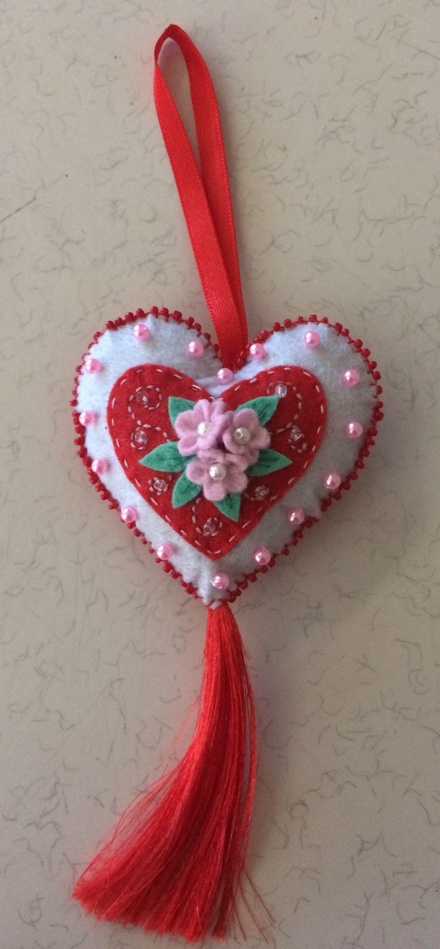 Felt heart hanging ornament navidad fieltro for Manualidades souvenirs navidenos