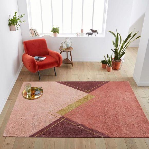 Décoration cosy et cocooning : fauteuil vintage rouge + tapis rose/prune #deco #salon #c ...