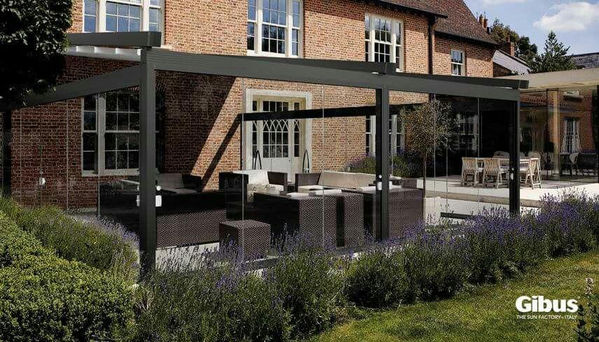 Tende e vetrate possono essere la giusta soluzione per continuare a rilassarsi in giardino in terrazza o sul balcone anche in autunno proteggendoci dal