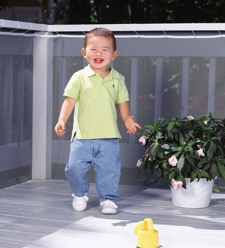 Kindersicherung Balkon   Kleinkind Auf Einem Balkon Mit Verkleideter Balkonbrustung Balkon
